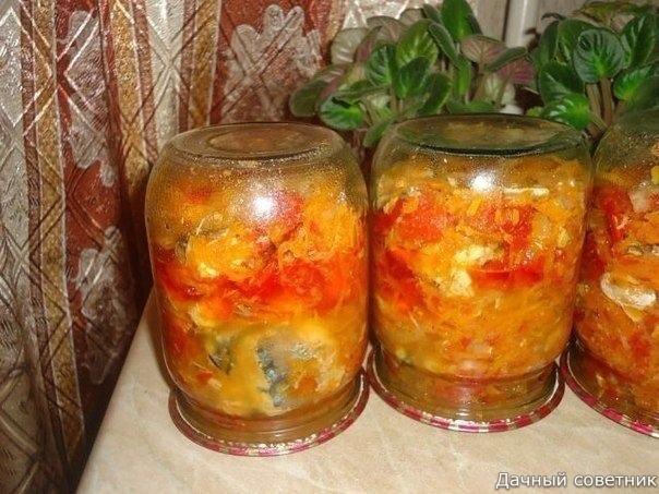 Закуска на зиму с рыбкой Ингредиенты:- 6 скумбрий- 1 кг лука- 1,5 кг моркови- 2 кг помидор- 2 ст. ложки соли без горки- 180 гр сахара- 1 стакан растительного масла- перец- лавровый