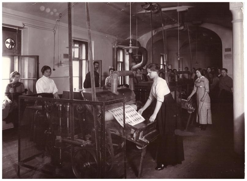 В цехе Карточной фабрики. 1913г.