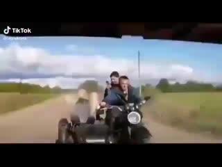 Приколы. Трое на мотоцикле.mp4