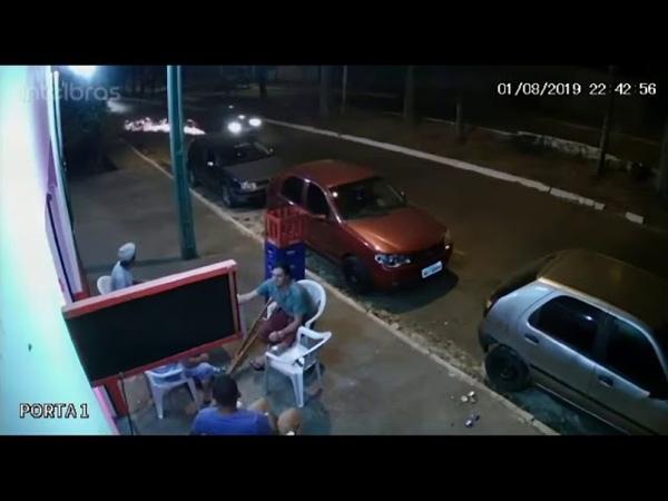 Acidente filmado. Roda do carro se solta e atinge pedestre sentado na calçada.