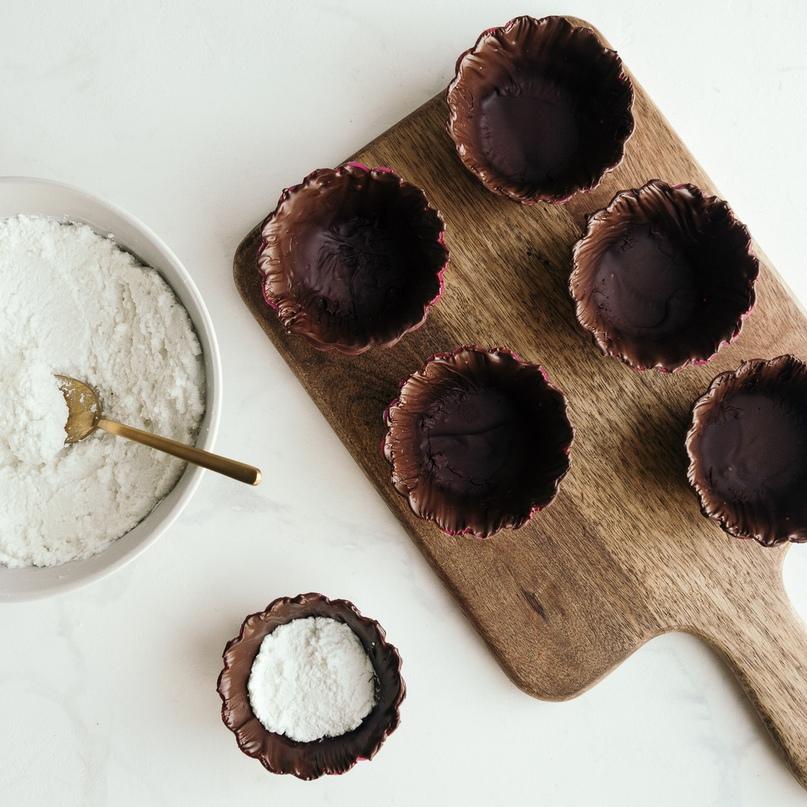 Диетические корзиночки с шоколадом, творогом и смородиной