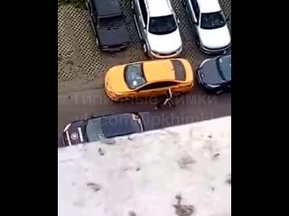 Неадекват ломает машины в Химках