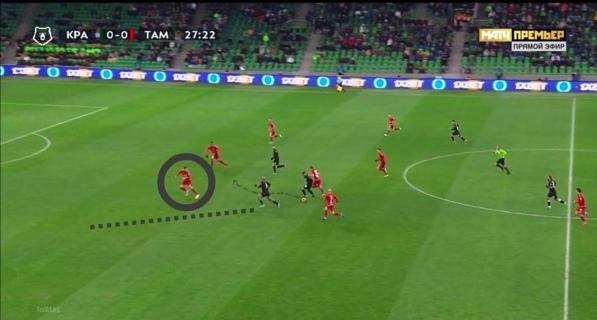 Вандерсон из Краснодара протаскивает мяч, Ари уходит в ширину, Осипенко на разворотах контролирует и мяч, и зону.