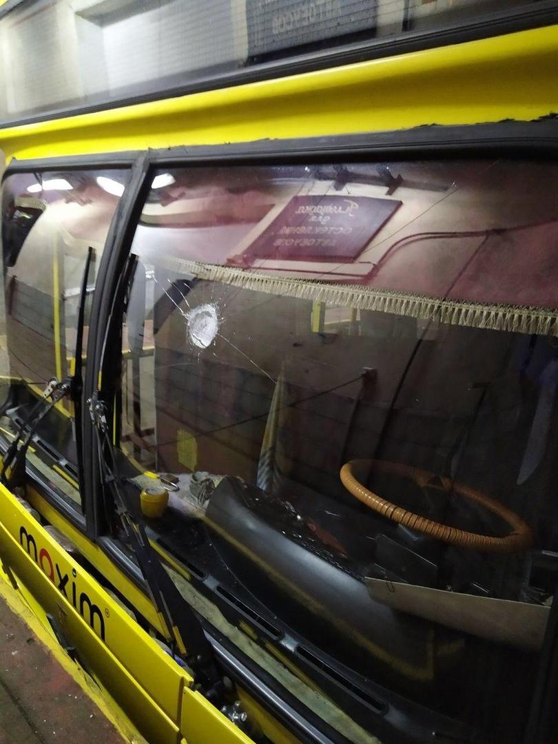 В одном из автобусов брестского автопарка разбито стекло и след от резиновой пули