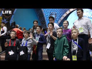 """Мэр москвы пригласил 300 школьников в """"город открытий"""""""