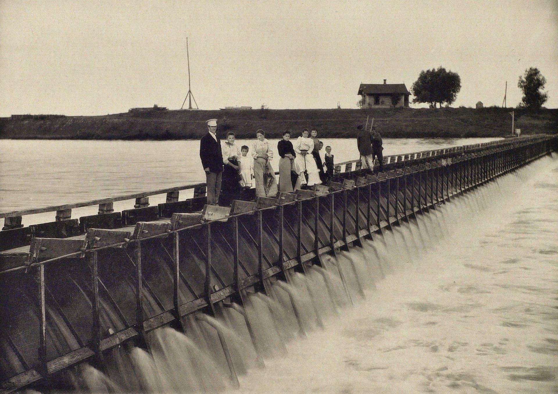 Вид речной плотины в Софьине при полном подпоре. Фото 1895 год