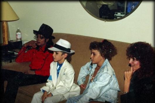 Семья Робсонов в студии звукозаписи с MJ в феврале 1990 года