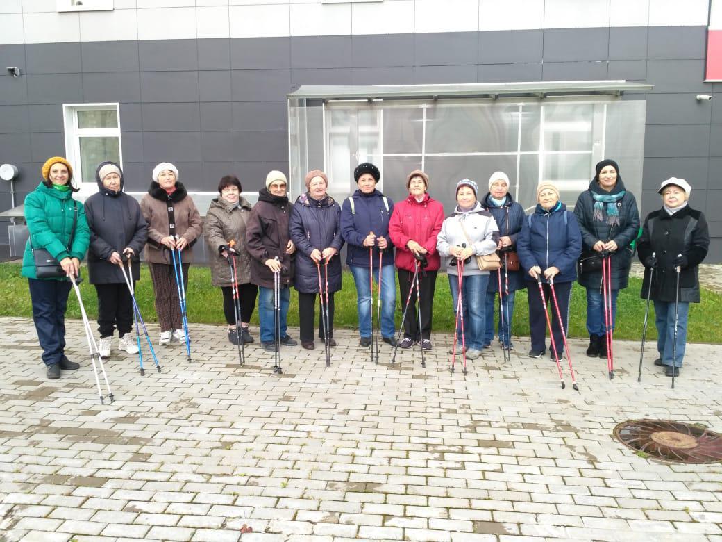 Занятия скандинавской ходьбой проходят для участников «Московского долголетия» из Некрасовки на базе поликлиники на Недорубова
