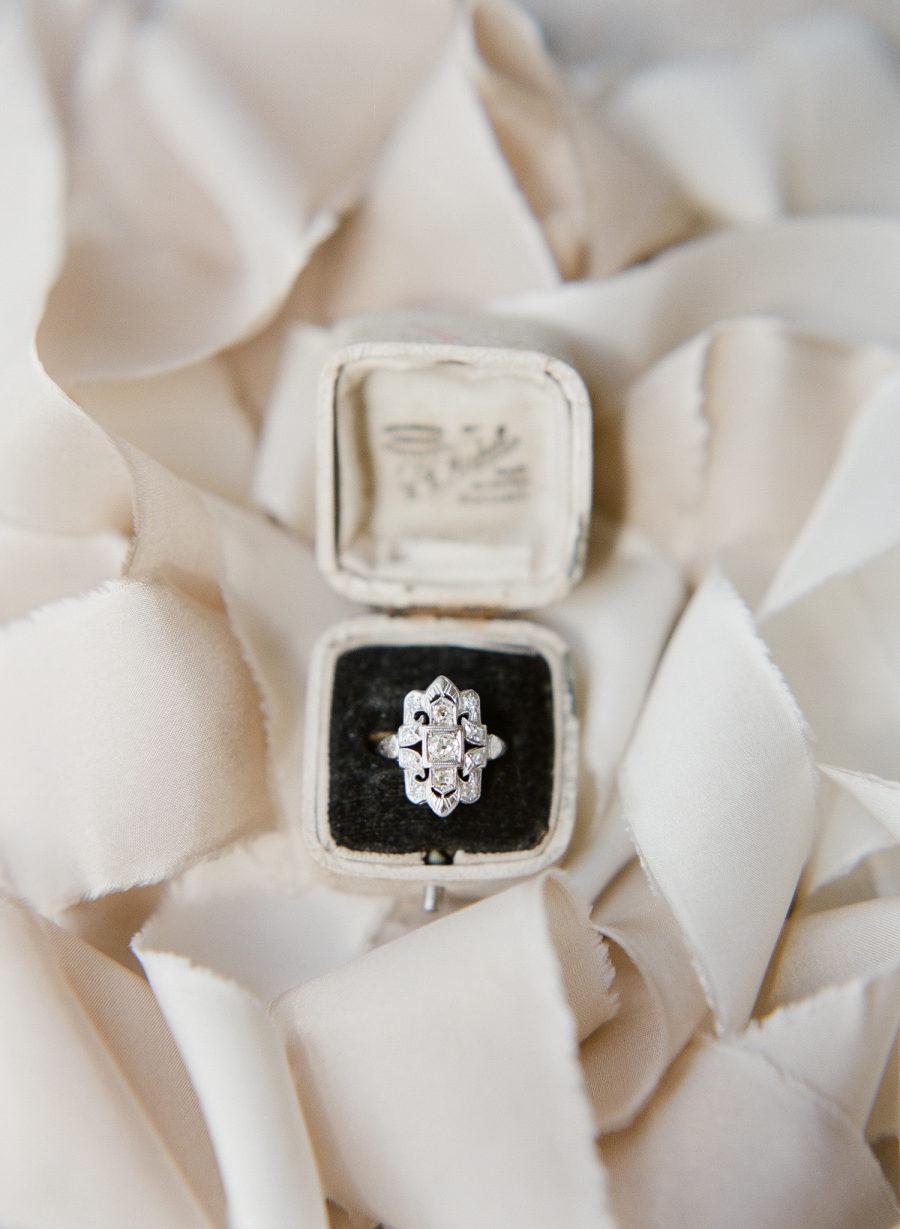 dtYRBnmceXI - Обручальные кольца в стиле Арт деко