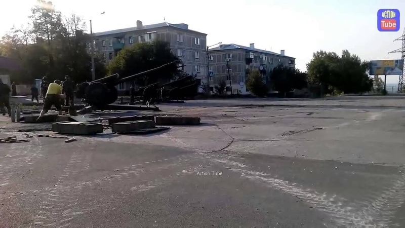 Шахтерск Ополченцы стреляют из артиллерии Д 30 Separatists Shelling