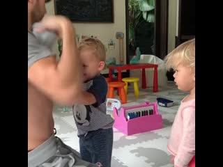 Энрике Иглесиас играет с детьми под русскую песню