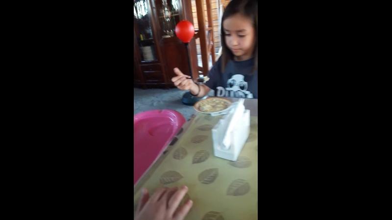 Дамелия кормит бонаном сынулю