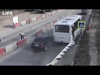 Неуправляемый автобус с пассажирами протаранил 11 машин