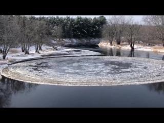 Ледяной диск на реке в городе Хейнсвилл (США, штат Мэн, 14 ноября 2019).