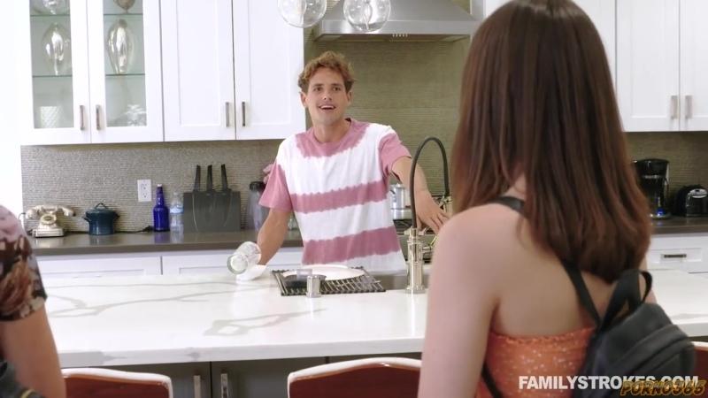 Сводный брат устраивает сеанс домашнего группового порно