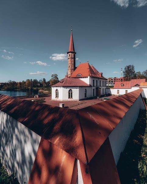 Приоратский дворец, похожий на средневековый католический...