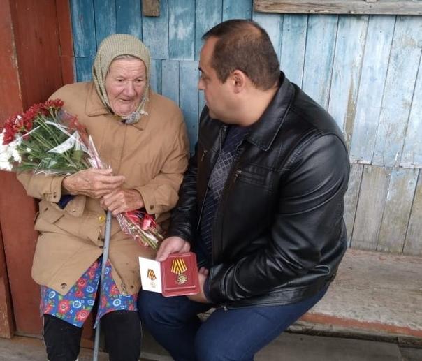 Сегодня жительнице деревни Скрипачи Александре Андреевне Панамаревой вручен нагрудный знак «Дети войны»