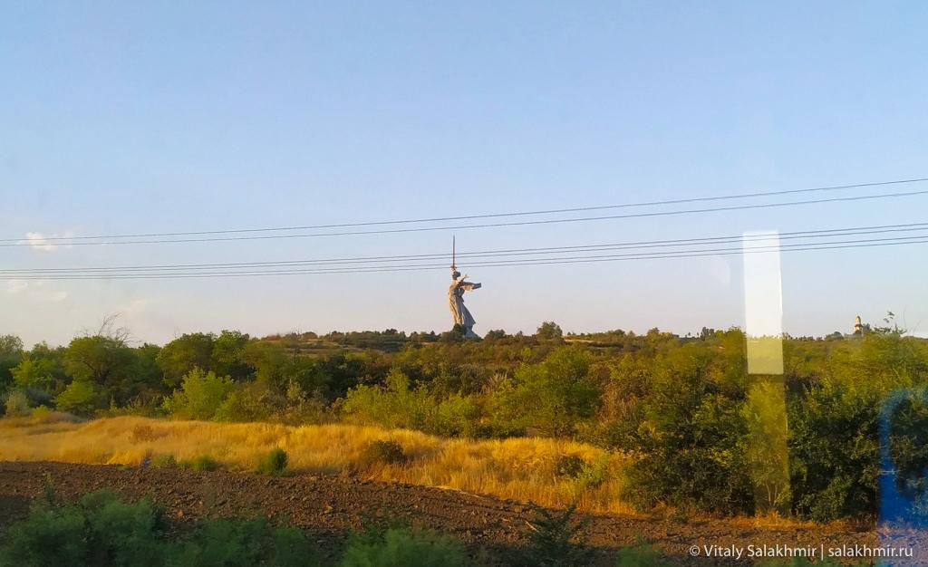 Мамаев курган из окна поезда, путешествие в Волгоград 2020