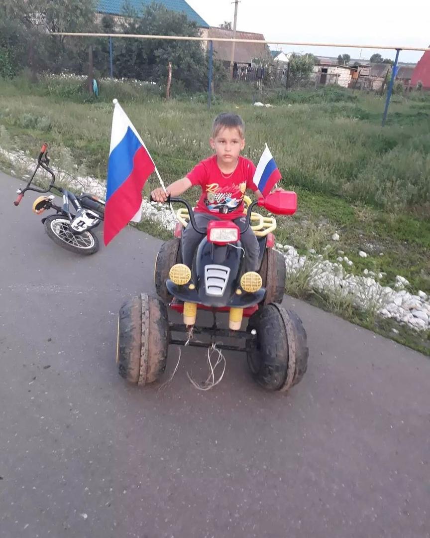 В сёлах Петровского района работники домов культуры проводят акции, посвящённые предстоящему Дню государственного флага