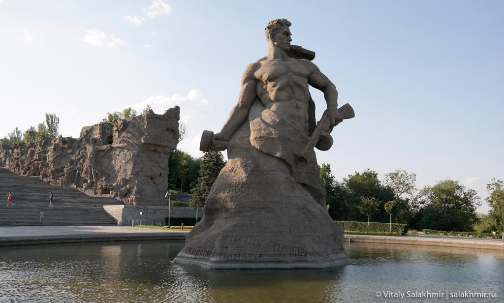 Скульптура Ни шагу назад, Мамаев курган, Волгоград