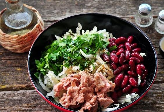 Салат с тунцом и фасолью Рецепт интересного по вкусу и внешнему виду салата с тунцом, фасолью и капустой. Простой салат из серии Здоровое питание. АВТОР tasty_food Продукты Тунец
