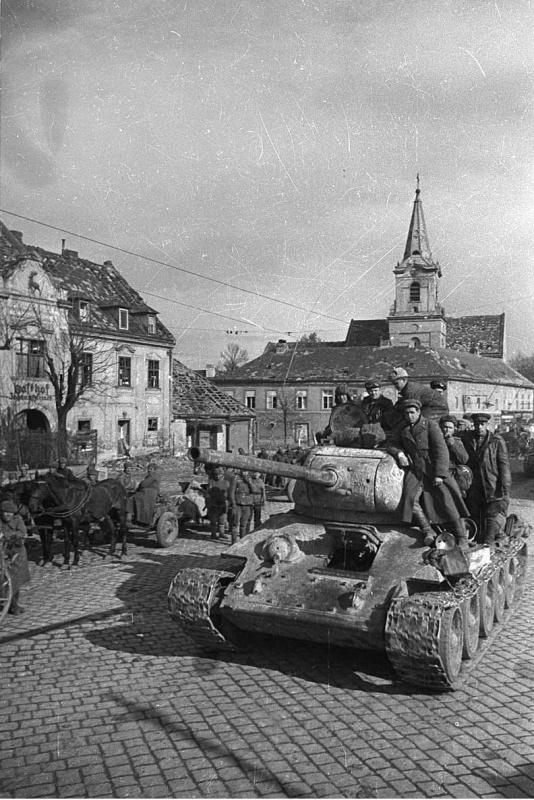 Колонна 23-го танкового корпуса в одном из пригородов Вены.