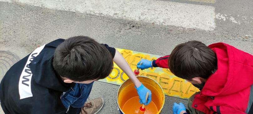 Чтобы напомнить брянским пешеходам о безопасном поведении на дороге автоинспекторы и дети с помощью трафарета и краски наносят предупреждающие надписи, изображение №2