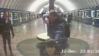 Бухой охранник с пистолетом  поставил на колени пассажира в метро  18+