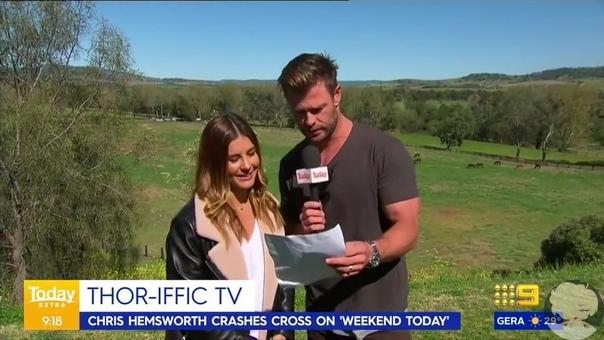Корреспондентка австралийского «Channel 9» Лорен Филлипс в прямом эфире рассказывала о погоде в городе Скон, когда в кадр влез прохожий Им оказался актёр Крис Хемсворт. Он взял текст журналистки