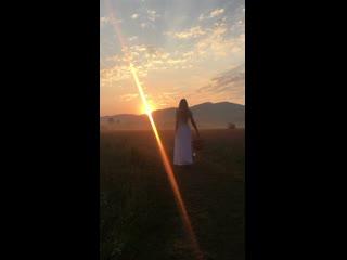 Деревенская девушка в поле на рассвете в тумане