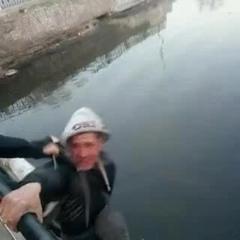 праздник уродов - два отморозка побоями заставили незнакомца спрыгнуть с моста. ради видео для ютуб. Днепр 06 апр 2019. человек погиб