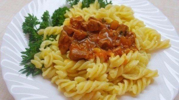 Мясная подлива - соус для вторых блюд. Ингредиенты:мясо (говядина) 200 граммов;лук 1 головка средних размеров;зелень петрушки 1 пучок;томатная паста 1 столовая ложка;кипяченая вода 250