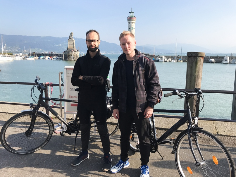 Путешественники (слева — Дима, справа — Влад) на фоне входа в гавань Линдау