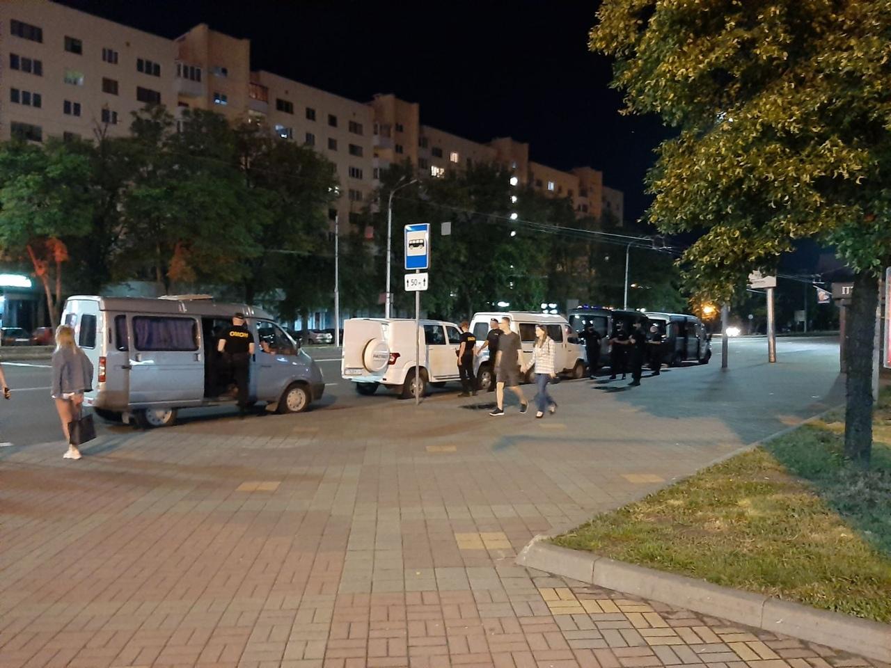 Комендантский час ввели? ОМОН забирал людей в Бресте на остановке общественного транспорта